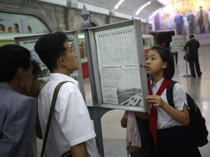 أشخاص يقرؤون صحيفة
