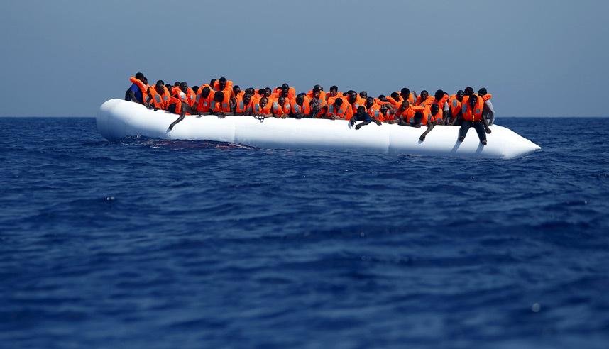 إنقاذ مجموعة من المهاجرين الأفارقة على بعد 20 ميل بحري قبالة السواحل الليبية.