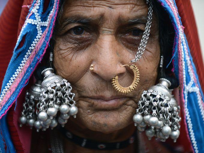 سيدة هندية تتزين للاحتفال باليوم الدولي للشعوب الأصلية في حيدر أباد.
