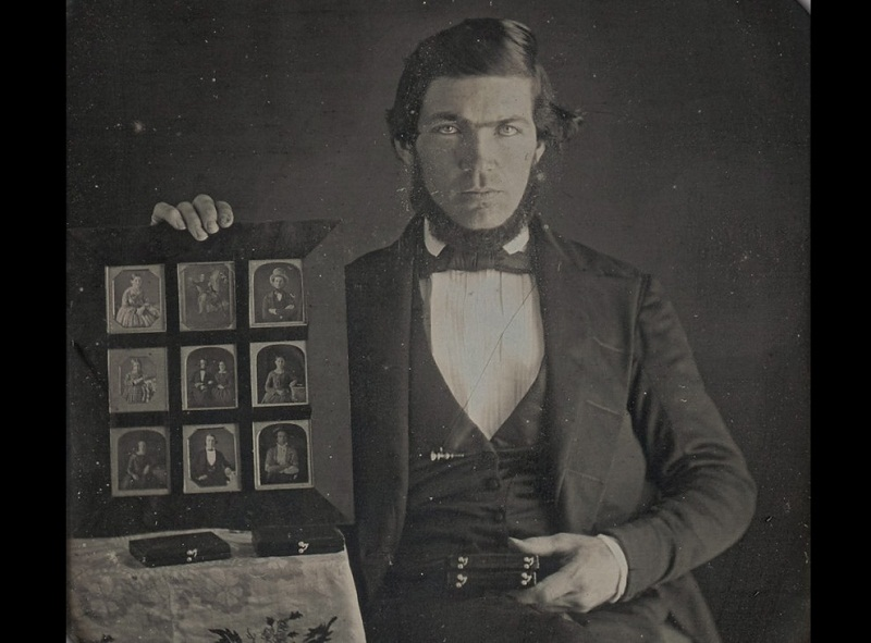 رجل يحمل صور