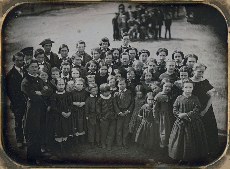 طلاب مع معلمهم