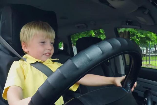 شركة سيارات أجرة تمزح مع العملاء بسائق يبلغ من العمر 3 سنوات