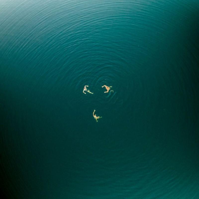 السباحة في المياه الزرقاء