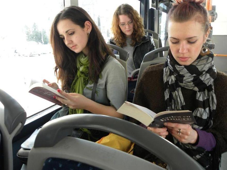 القراءة في الحافلات