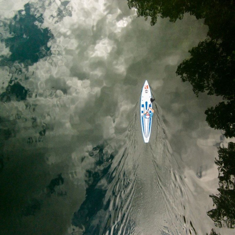 سفين وسط المياه