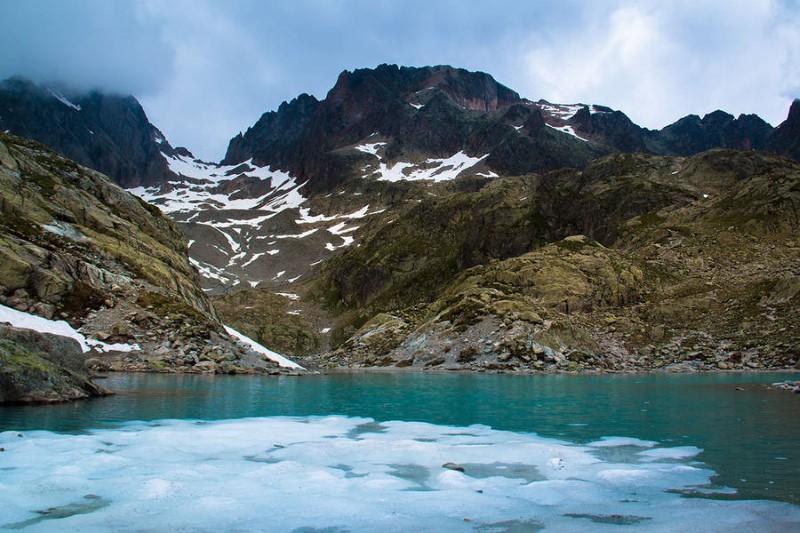 بركة جليدية وقممة جبال