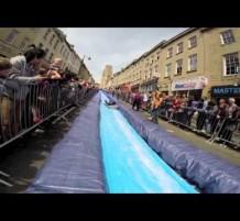 شارع بريطاني يتحول إلى منزلق مائي.. (فيديو)