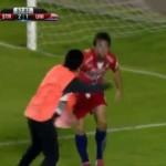 لاعب يهاجم كلب خلال مباراة