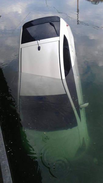 سيارة تغرق