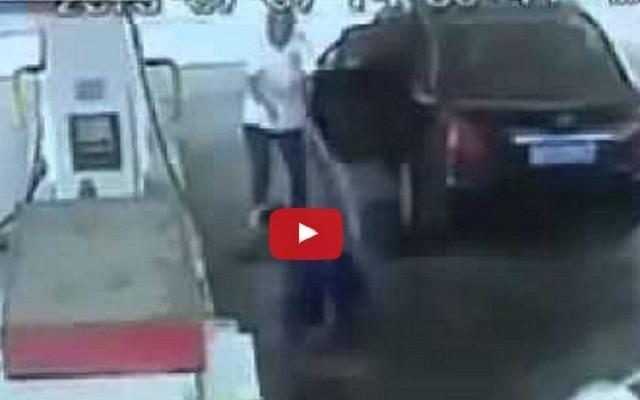 فيديو: شخص يسكب بنزين على عامل محطة فاشتعل هو!