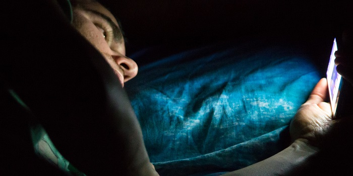 خبراء يحذرون.. ضوء شاشات الهواتف الذكية يعجل بشيخوخة الجلد