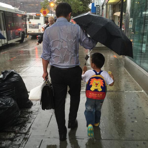 أب بصحبة ابنه