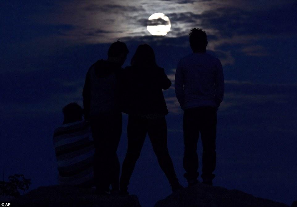 أصدقاء يشاهدون القمر