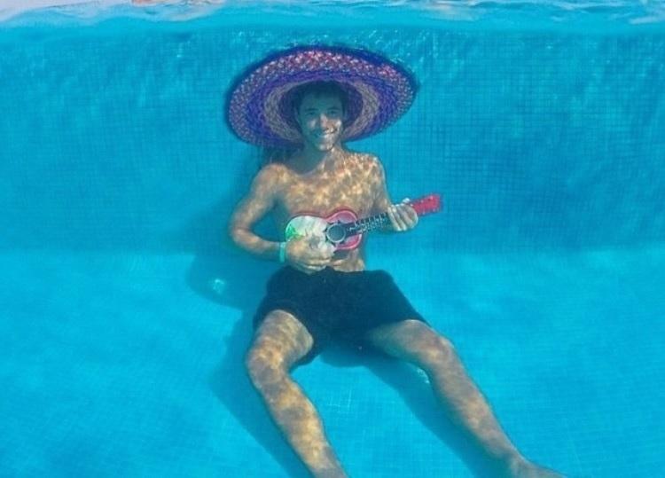 العزف تحت الماء