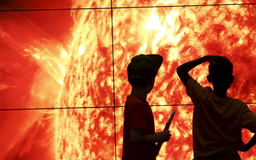 أطفال يشاهدون الشمس