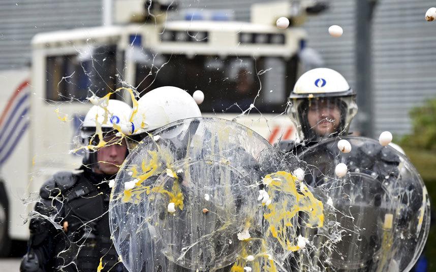 ضرب الشرطة بالبيض