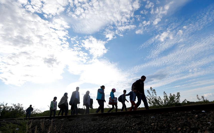 مهاجرين يدخلون المجر