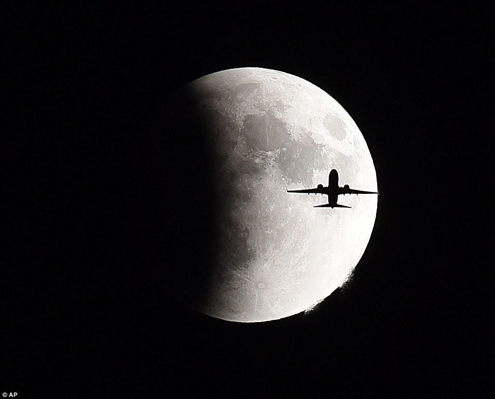طائرة تعبر القمر