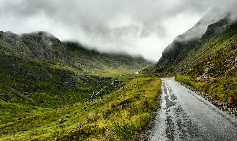 طريق بين الجبال