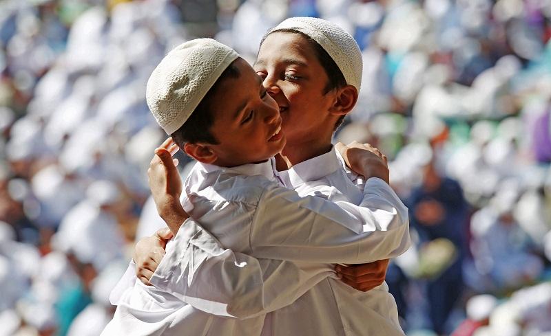 طفلان يتعانقان بالهند