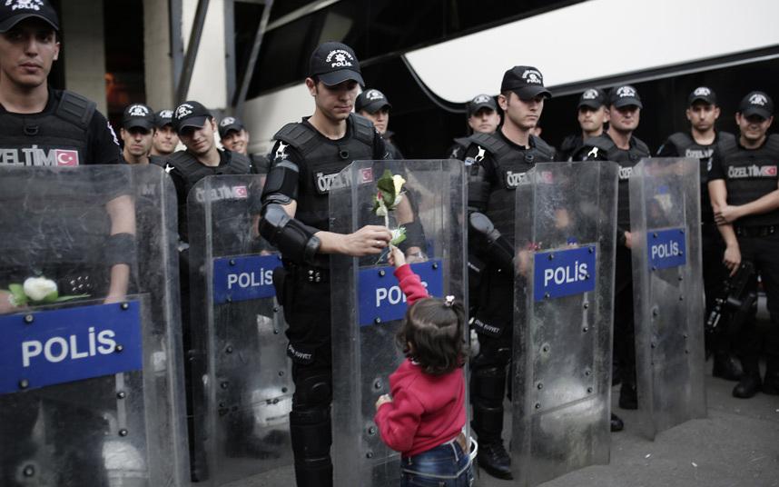 طفل يعطي وردة