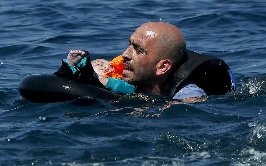 لاجئ سوري وطفله