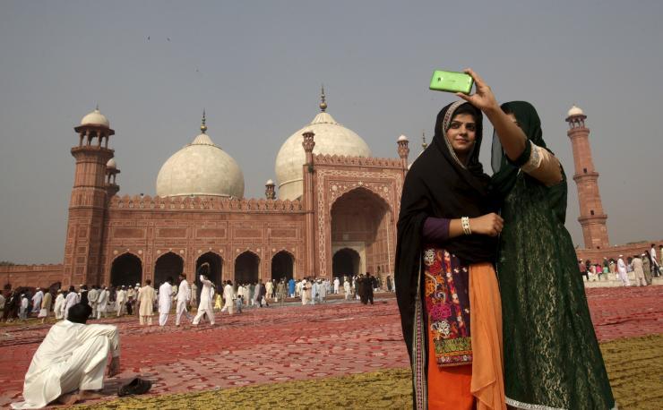 مسلمون يلتقطون سيلفي