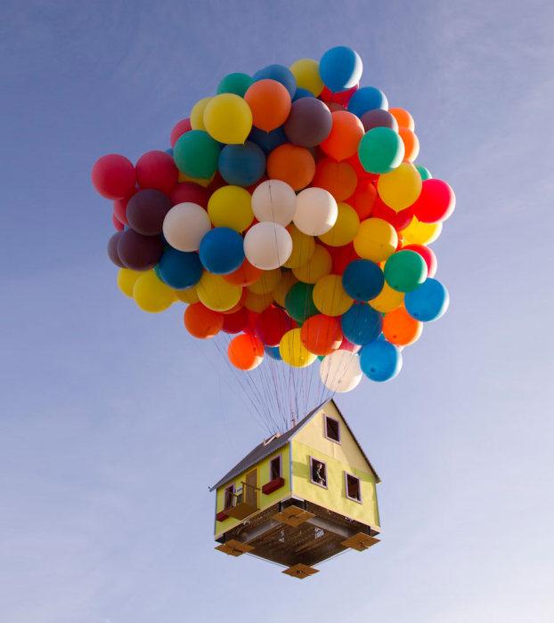 منزل طائر بالبالونات