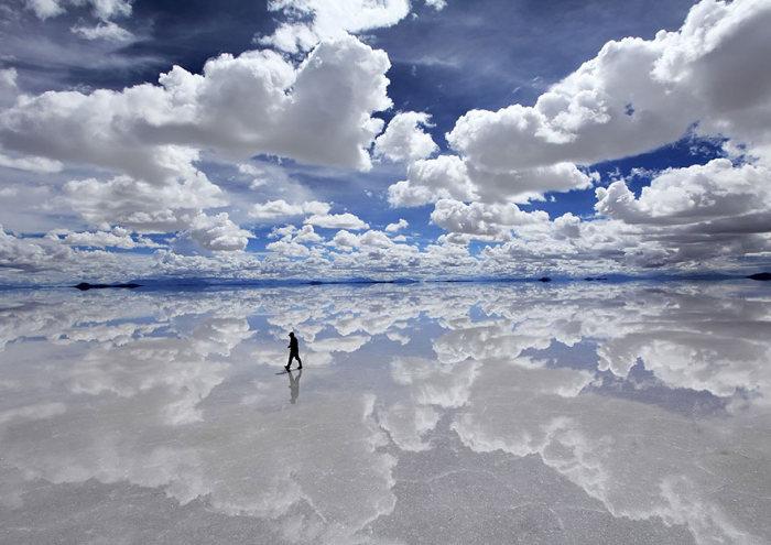 انعكاس الغيوم على بركة مياه