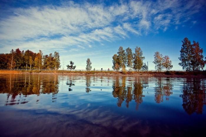 بحيرة طبيعية جميلة