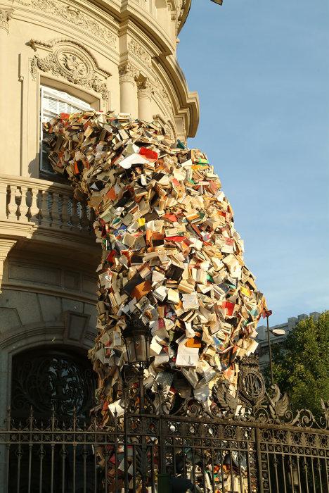 تمثال منحوت من الكتب