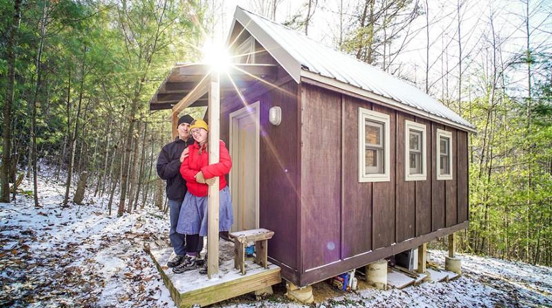 زواجان يعيشان في منزل صغير