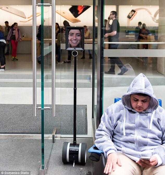 روبوت في طوابير الآيفون الجديد