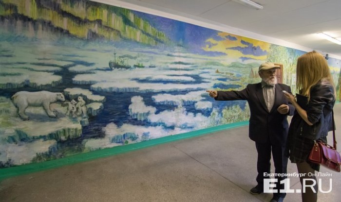حارس مدرسة يلون جدران المدرسة