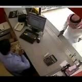 رجل مسلح يسرق محل