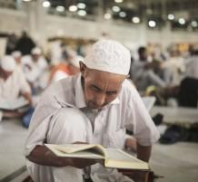 حاج يقرأ القرآن
