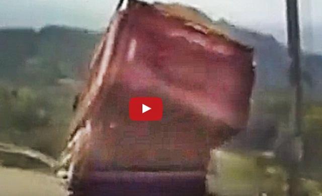 فيديو انقلاب شاحنة