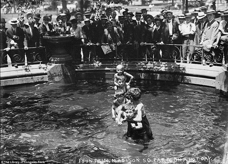 أطفال يسبحون بنافورة