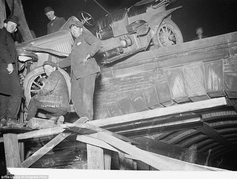رجال يوازنون سيارة