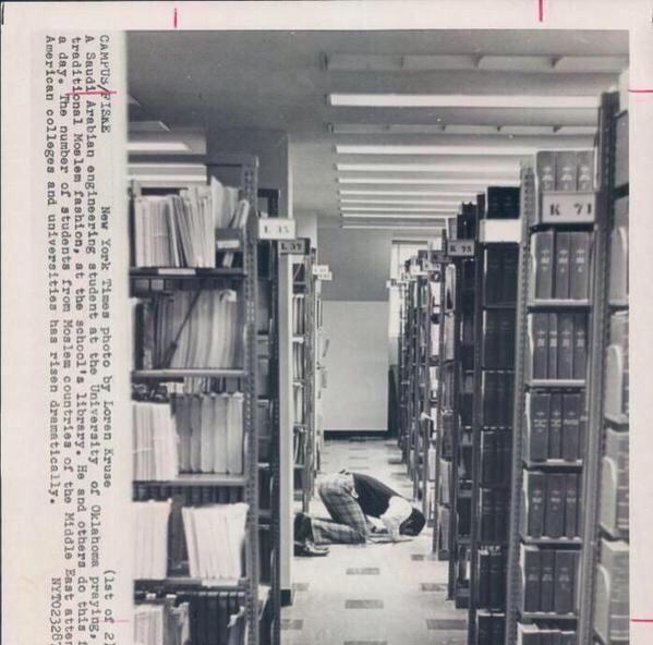 طالب يصلي بمكتبة