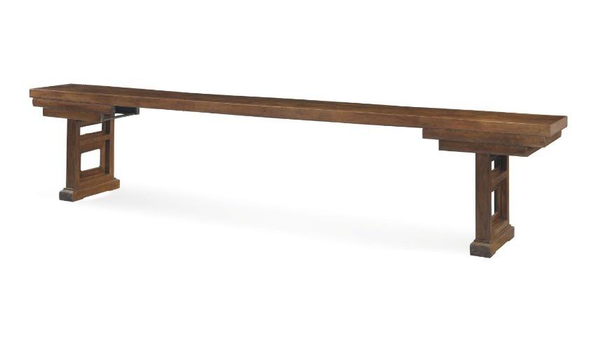 طاولة خشبية
