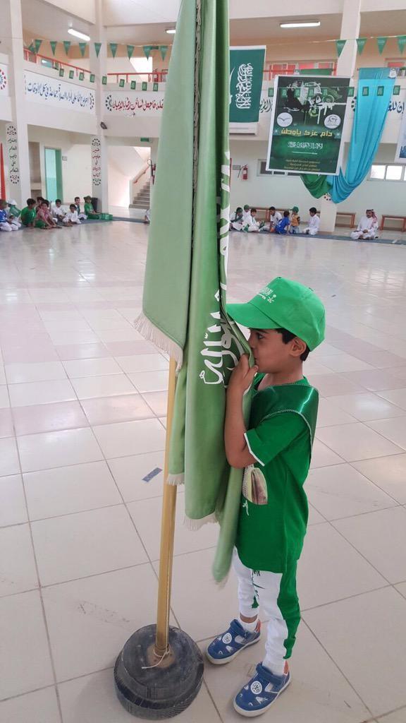طفل يقبل العلم