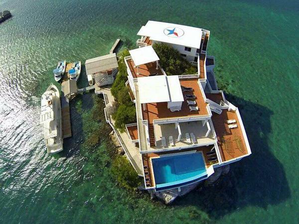 فندق وسط البحر