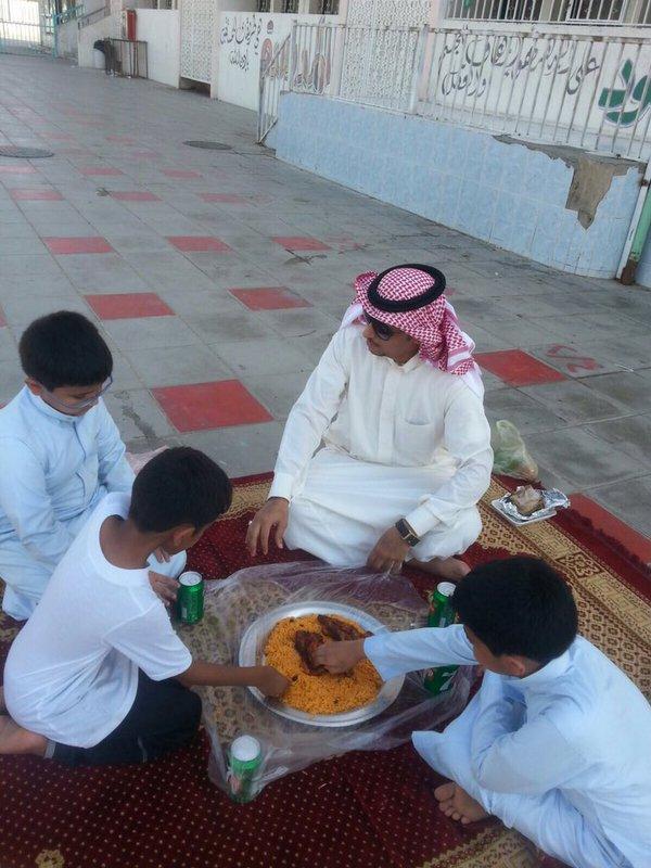 معلم برفقة طلابه