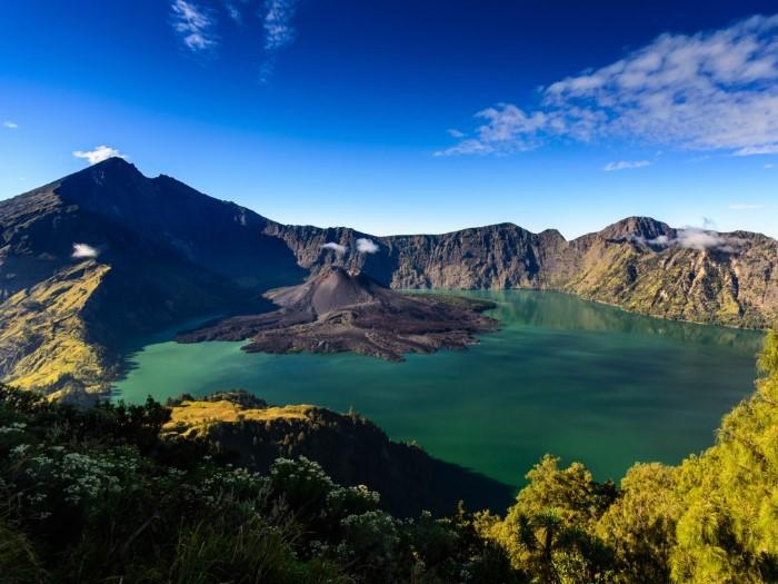جبل رينجاني في اندونيسيا