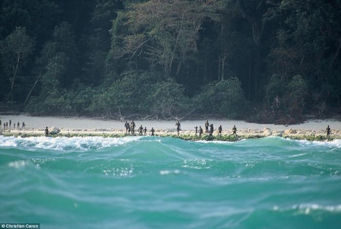 جزيرة معزولة في البحر