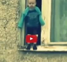 فيديو طفل يلعب