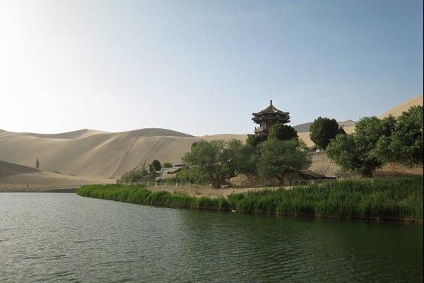 بحيرة الهلال الصينية
