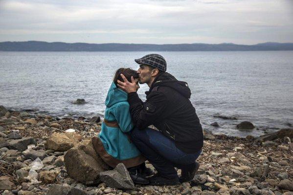 لاجئ سوري وطفلته