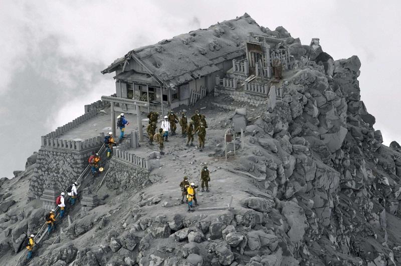 معبد مغطى بالرماد